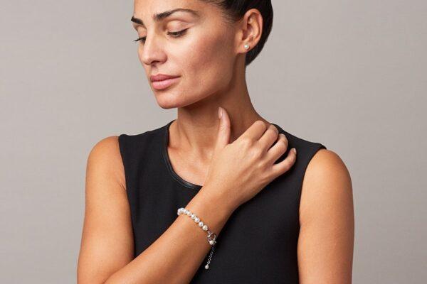 Parure-bracciale-e-orecchini-di-perle-A-chiusura-logo-AG_indossato