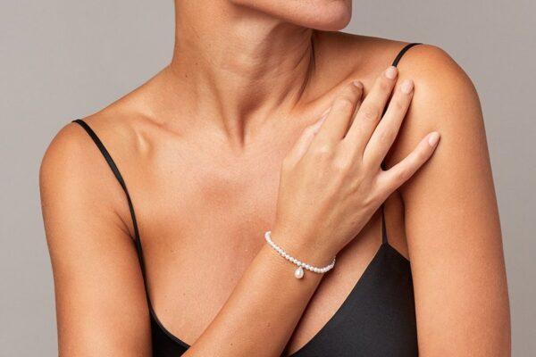 bracciale-con-perla-charm-a-goccia_indossato