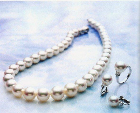 parure classica composta da collier, orecchini a lobo ed anello