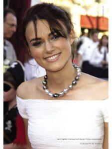 Keira Knightley indossa un girocollo in perle di Tahiti barocche multicolore.