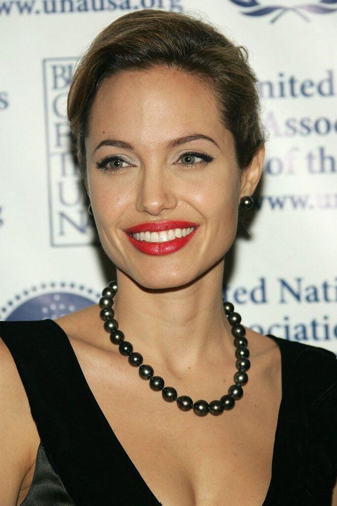 Angelina Jolie con girocollo in perle nere di Tahiti.